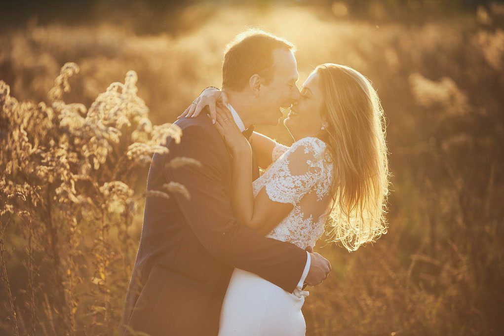 sesja zdjęciowa ślubna w zachodzącym słońcu