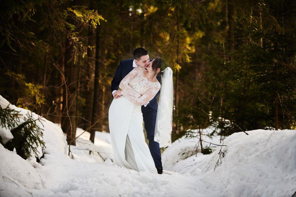 sesja ślubna w śniegu w zimie