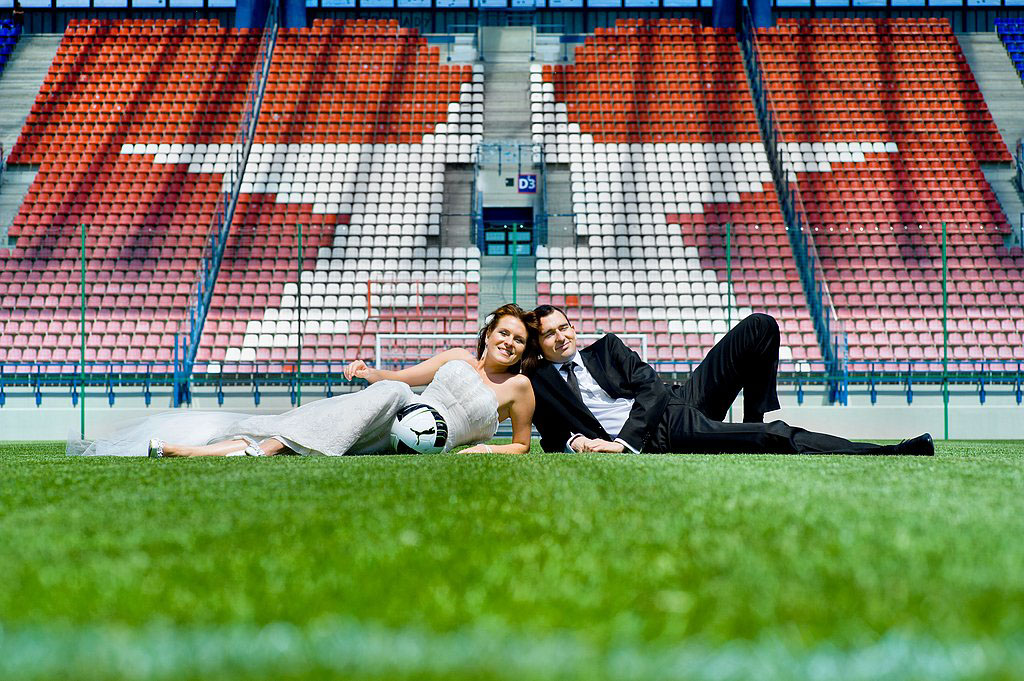 sesja ślubna na boisku TS Wisła